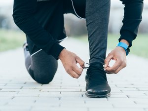 runner tying shoelaces before running for weight loss