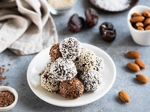 Chocolate protein balls for healthy snack.