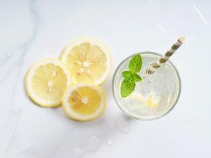 glass of lemon tonic water