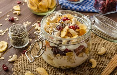 5-Ingredient Recipes Plant-Based Breakfast Vegan Banana-Berry Granola Parfait in a Jar