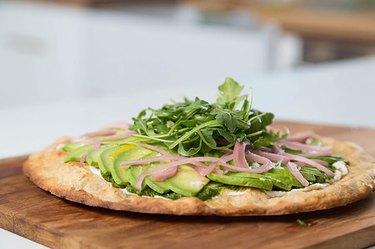 avocado pizza recipe with red onion and arugula