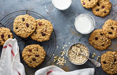 5-Ingredient Oatmeal Raisin Cookies