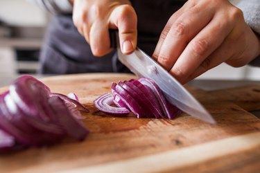 Cuisiner - découpe d'oignons rouges