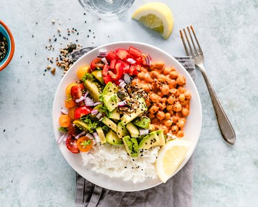 Rice, chickpeas and vegetable salad with seeds
