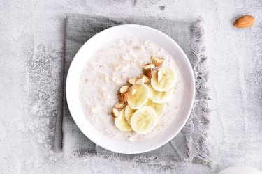 Grits with banana slices and nuts
