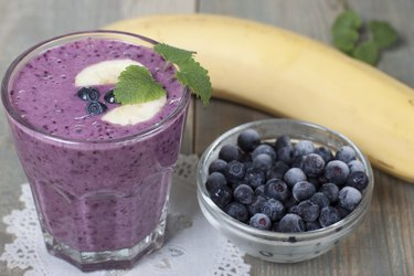 Smoothies with frozen blueberries and bananas
