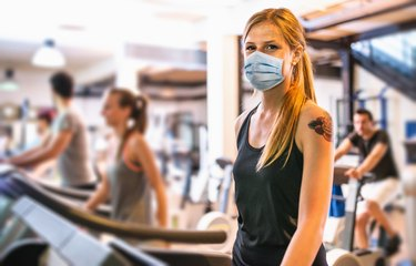 woman in the gym during coronavirus pandemic