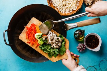 Cooking process Udon noodles with oyster mushrooms and vegetables