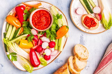 Plate with fresh, raw vegetables and sauce