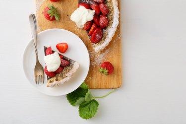 Strawberry summer tart with cream