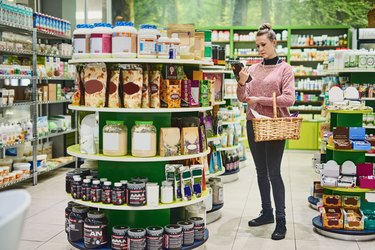 A woman shopping for the best fiber supplement for her low-carb diet