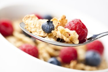 Vitamin b-rich fortified breakfast cereal with fruit
