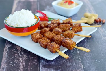 Tempeh skewers with steamed rice