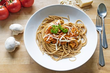 wholemeal selenium-rich spaghetti with sauce of tomatoes, mushrooms and parmes