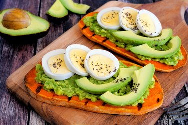 Sweet potato toasts with avocado, eggs and chia seeds, as an example of a good breakfast for acid reflux