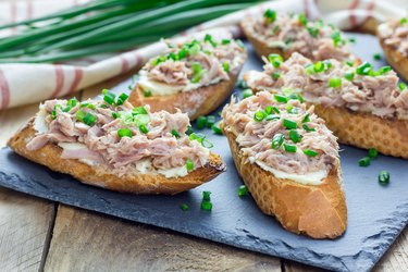 Sandwich with iodine-rich tuna, soft cheese and green onion