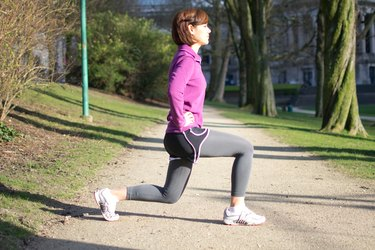 Woman doing Around-the-World Lunges before her run