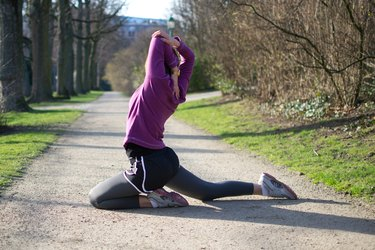 Woman doing Dynamic Pigeon Pose before her run