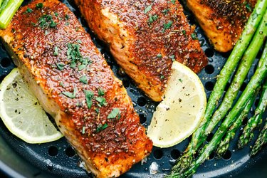 Air fryer salmon recipe with asparagus and lemon slices