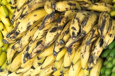 Bananas Penca de plátanos machos en el mercado