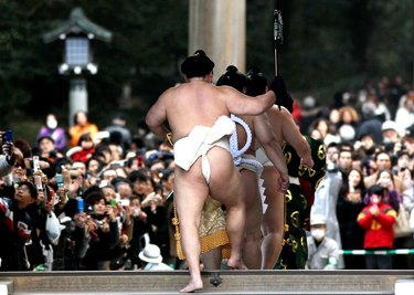 Sumo Grand Champions Celebrate The New Year