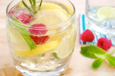 Eisgekühlte Limonade mit Früchten - Iced lemonade with fruits