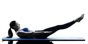 Woman dong mat Pilates hundred exercise