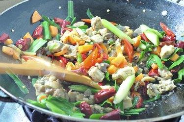 stir frying chicken and vegetabele in wok