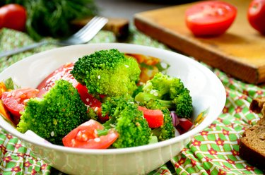 Green salad with broccoli, tomato and sesame seed