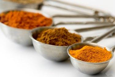 Messbecher mit Gewürzen - Measuring spoons with spices