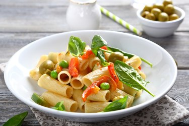 Delicious pasta with spinach and green peas