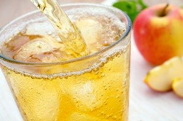 Apfelschorle einschenken Apple juice spritzer