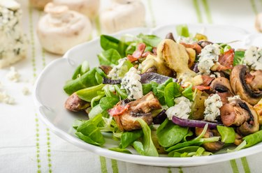 Salad with new potatoes and blue cheese