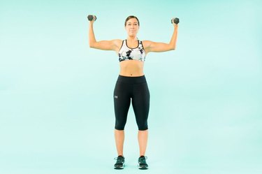 woman doing elevated biceps curls