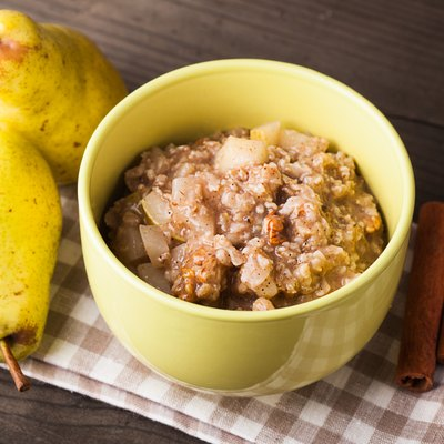 Oatmeal with pears slices