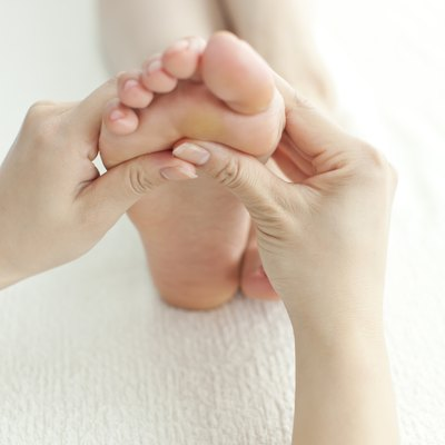 The beautician who massages a foot