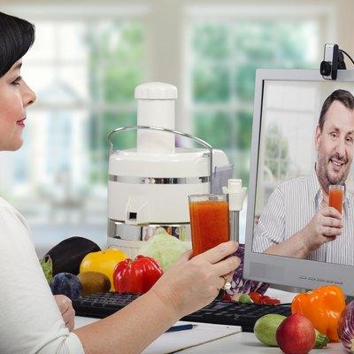 Making cleansing detox drinks online