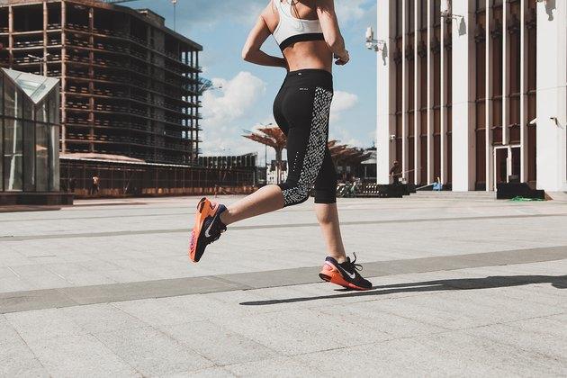 femme, jogging, dans ville