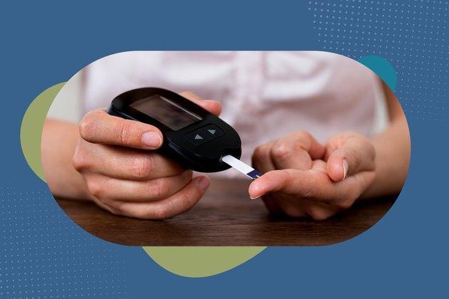 一个人与2型糖尿病测试她的血糖与血糖仪
