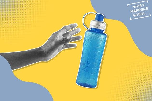 一只黑白相间的手伸向一个水瓶,代表脱水的效果