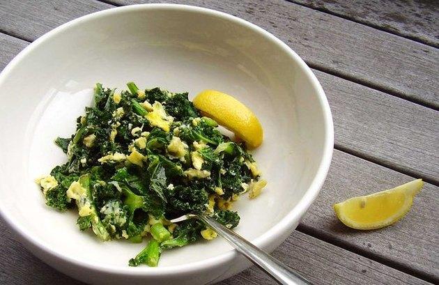 Kale Scramble Breakfast Bowl 300 calorie breakfast recipe.