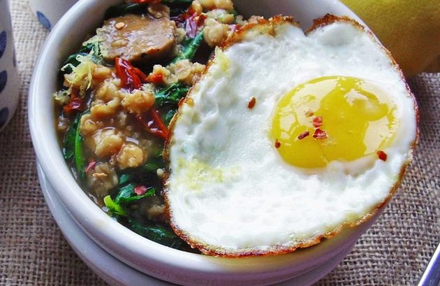 Kale, Turkey Sausage and Egg Oatmeal bloat-fighting low-FODMAP recipe.