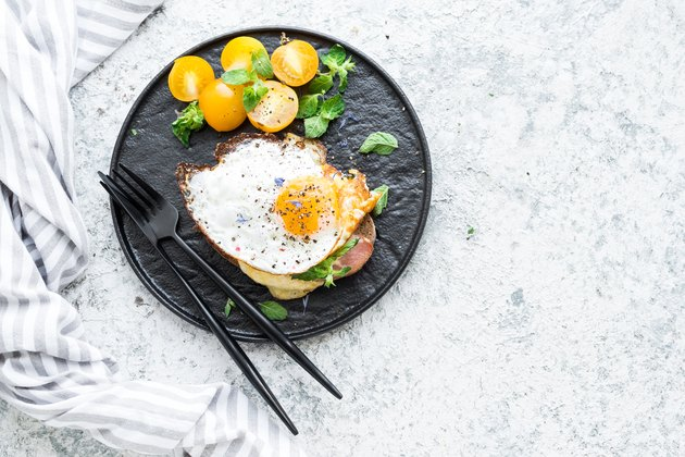 Fried egg sandwich with tomatoes