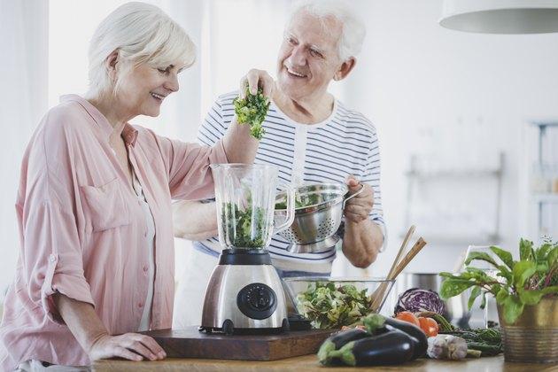 快乐的老夫妇在糖尿病饮食准备在家冰沙