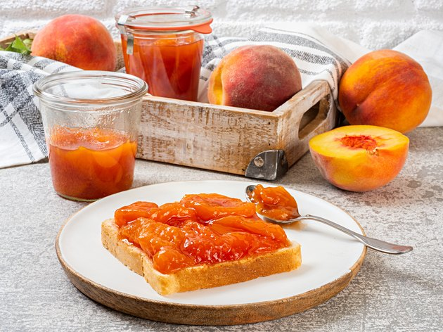 桃果酱面包和新鲜的桃子