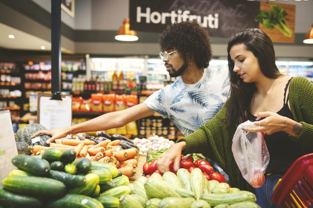 Young couple grocery shopping for a 1500 diet plan