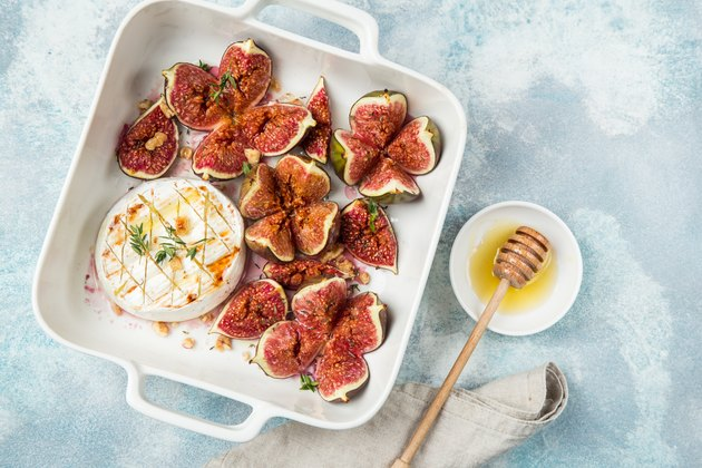 How to cook figs for baked camembert cheese and figs with walnuts and honey
