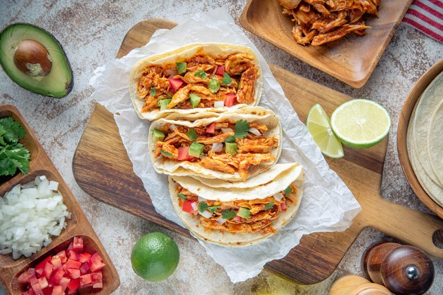 tacos mexicains au poulet râpé avec ingrédients