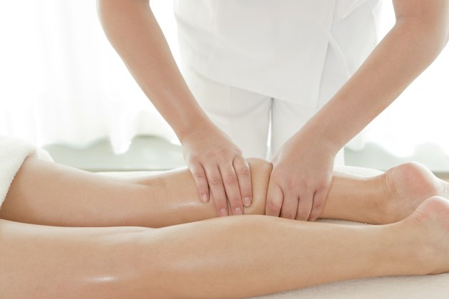 The beautician who massages a leg
