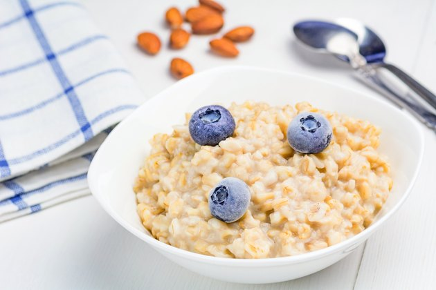 Oatmeal breakfast for a meal plan to lose 20 pounds in a month